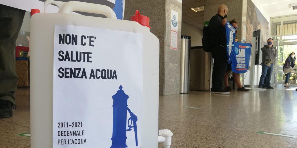 Attivist* consegnano taniche vuote al ministro: a dieci anni dal referendum del 2011 la risorsa idrica è ancora nelle mani di società per azioni